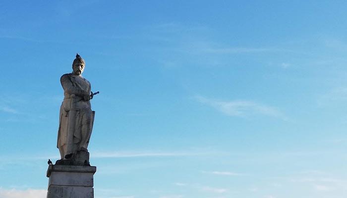 Estatua de Guzmán el Bueno en Tarifa