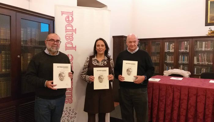 Rivas, Suárez y González con la revista Estrechando