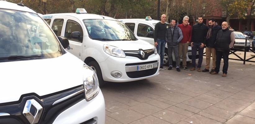 Autoridades y taxistas de La Línea, en una imagen de archivo