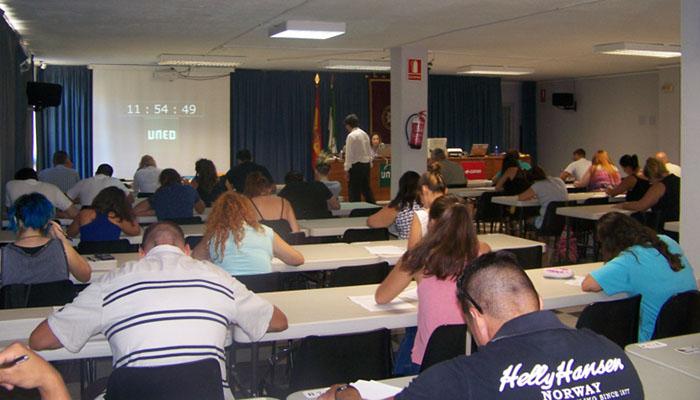 Imagen de los estudiantes en uno de los exámenes de la UNED en el Campo de Gibraltar