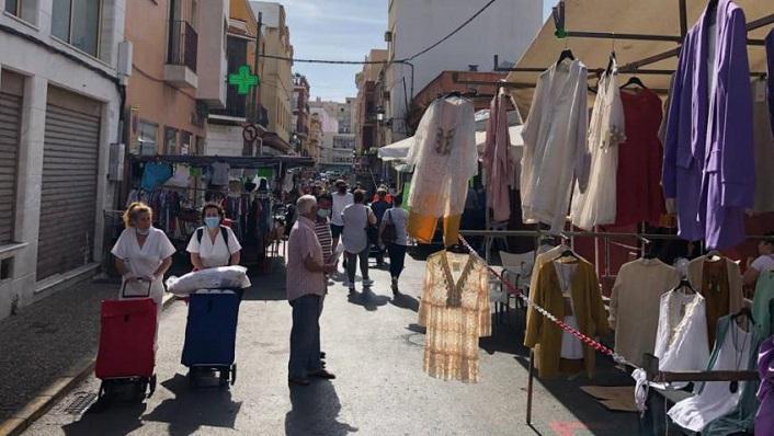 Vendedores ambulantes junto al Mercado de La Línea. Foto: NG