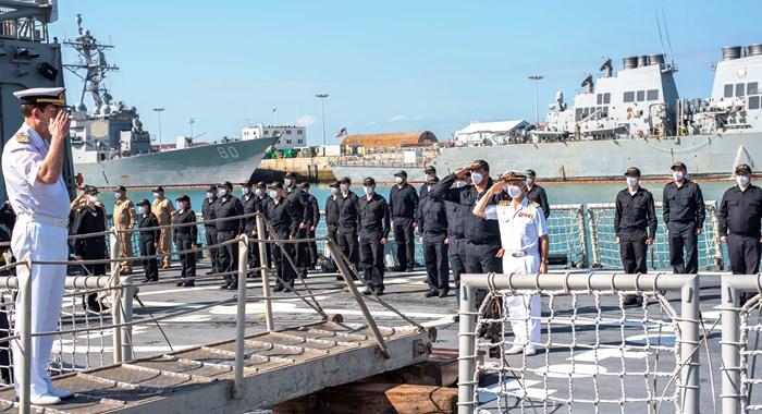 El almirante Martorell sube a bordo de la 'Santa María', esta mañana, en Rota. Foto ORP/CG Flota