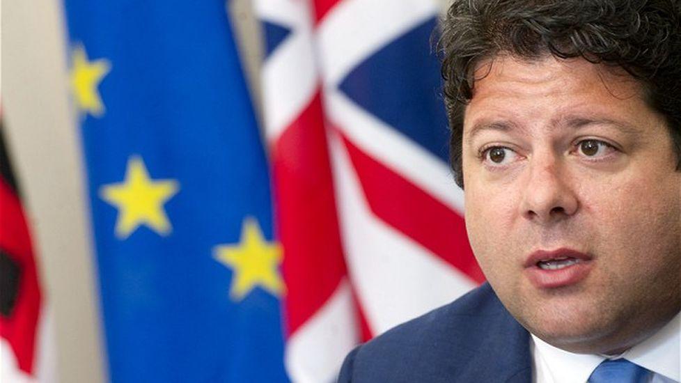 Fabian Picardo ministro principal de Gibraltar y banderas UE y RU