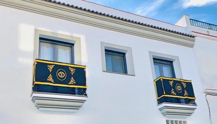 Un balcón de San Roque decorado para la Semana Santa, en imagen de archivo