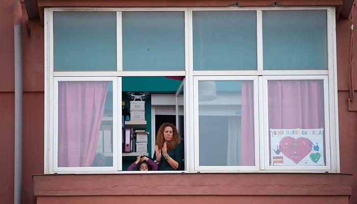 Una familia aplaude desde su ventana durante el confinamiento. Foto Sergio Rodríguez