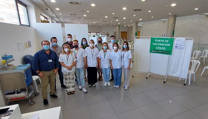 Personal del punto de vacunación contra el Covid en La Línea. Foto: Junta
