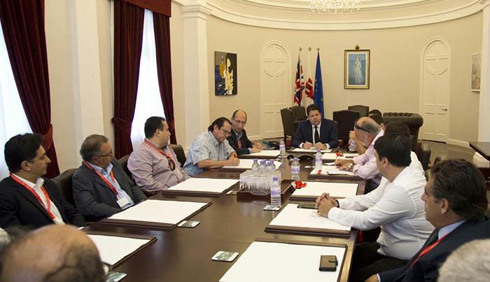 Firma del acuerdo entre el Grupo Transfronterizo y gobierno de Gibraltar en una foto de archivo