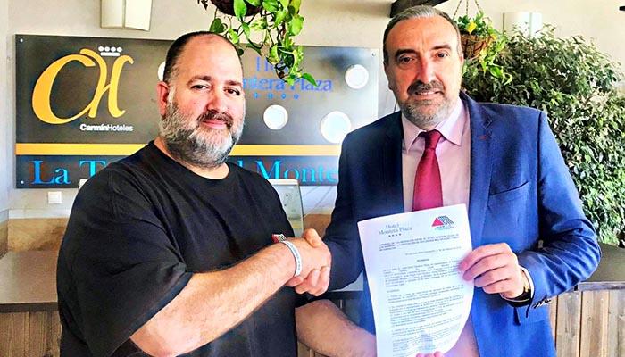 Javier Cózar y David Sánchez con el convenio firmado