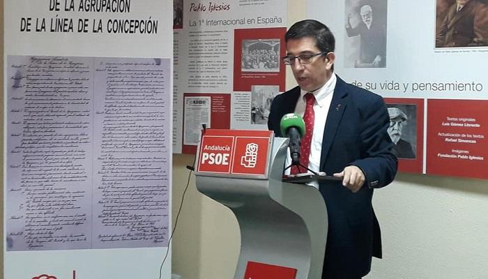 El secretario general del PSOE en La Línea, Juan Chacón, en rueda de prensa