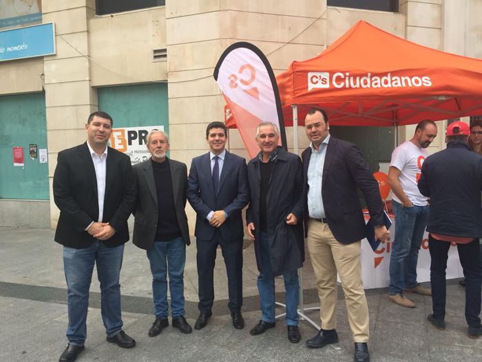 Víctor Quintanilla, segundo por la izquierda, con los representantes de Ciudadanos