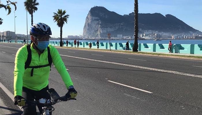 Un ciclista con mascarilla en La Línea. Foto: SR