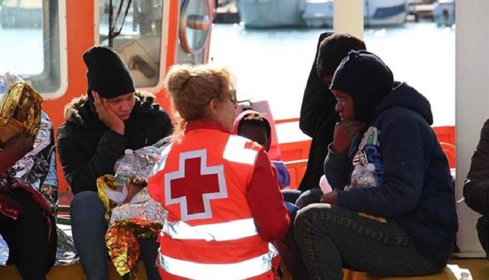 Voluntarios de la Cruz Roja atienden a inmigrantes