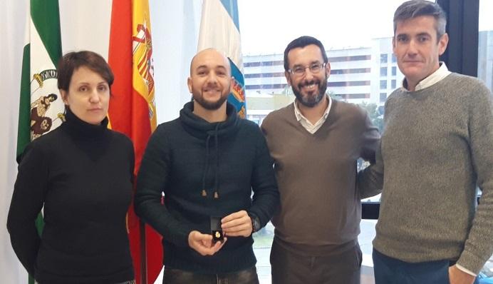 Quiñones, el segundo por la izquierda, junto al alcalde y el edil de Educación