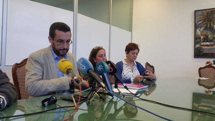 Juan Franco, en una rueda de prensa junto a dos de sus ediles