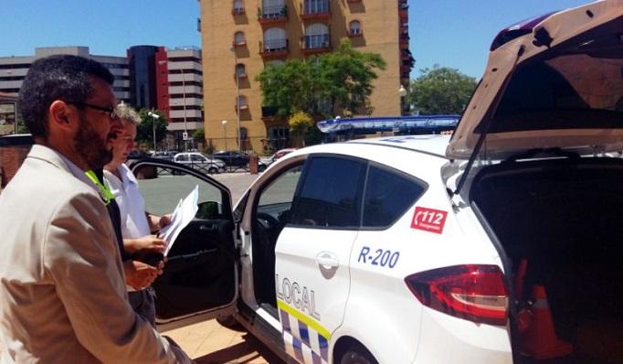 Juan Franco junto a un vehículo de la Policía Local de La Línea