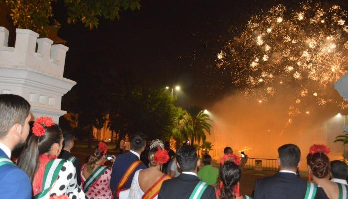 Muchas personas contemplaron los fuegos artificiales desde la Alameda