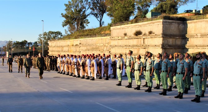 Unidades desplegadas en Ceuta, revistadas por el jefe de la Fuerza Terrestre, del que hasta ahora dependían. Foto COMGECEU