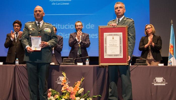 El coronel Núñez, a la izquierda, en un acto reciente en La Línea