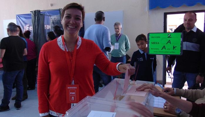 Gemma Araujo, ejerciendo su derecho a voto en las elecciones de abril