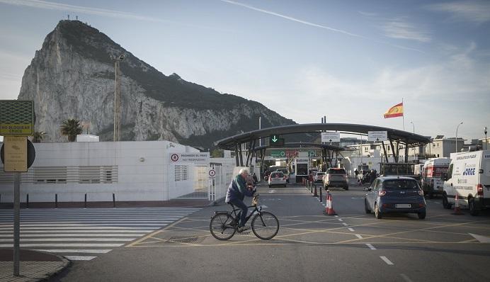 El Peñón de Gibraltar al fondo desde la entrada por el paso fronterizo