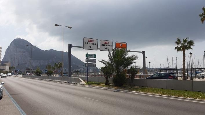 Una imagen del acceso a Gibraltar desde La Línea