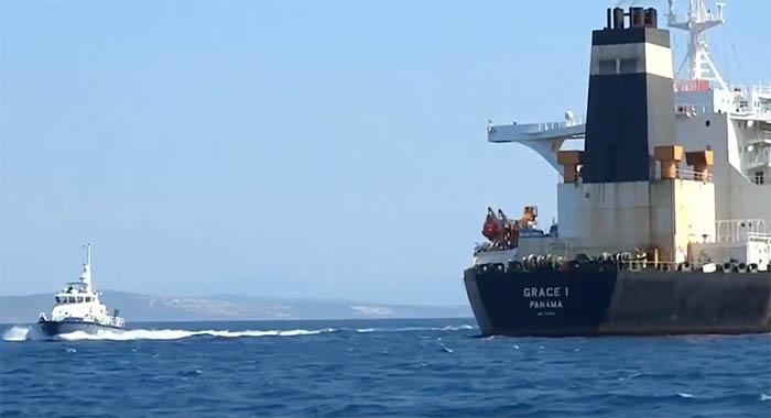 El 'Grace One' y una patrullera de Gibraltar