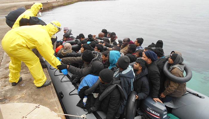 Grupo de inmigrantes llegando a la Isla de Alborán. Foto Cuartel General de la Flota