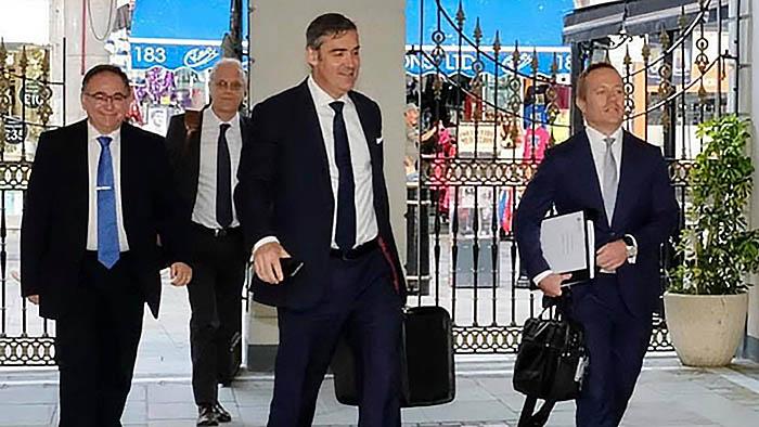Clinton, Hammond, Feetham y Phillips (de ida. a dcha.) entran en el Parlamento