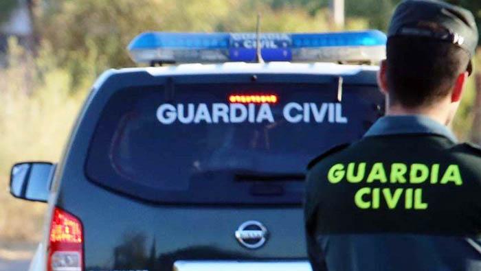 Agente y vehículo de la Guardia Civil