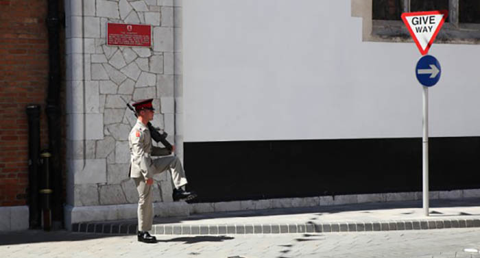 Guardia habitual en la sede del gobernador británico en Gibraltar