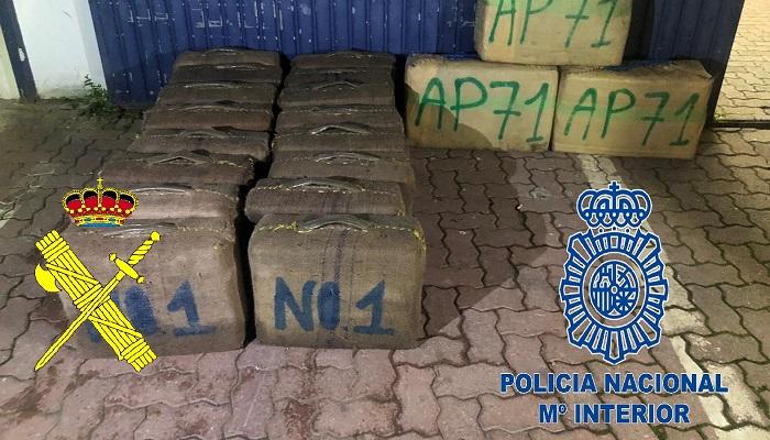 Fardos de hachís intervenidos por la Guardia Civil y la Policía Nacional en La Línea