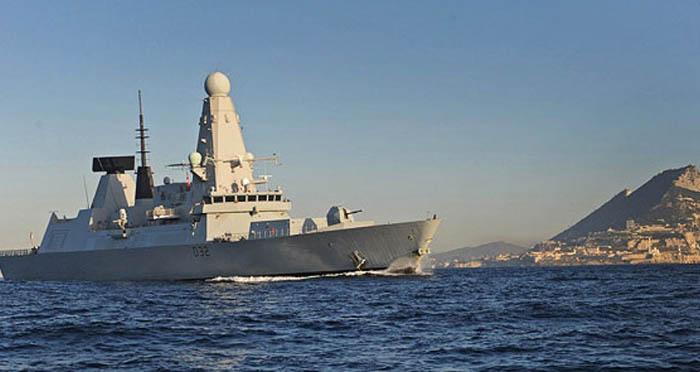 El HMS Diamond con Gibraltar al fondo