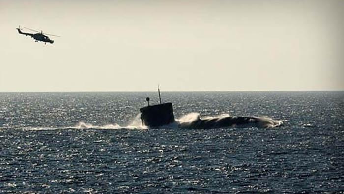 El HMS Torbay, emergiendo en una típica maniobra no exenta de riesgo. Foto Royal Navy.