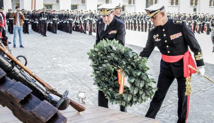 El general Roldán Tudela, en primer plano, en un acto de homenaje a los caídos como GETEAR. Foto ARMADA/ORP FIM
