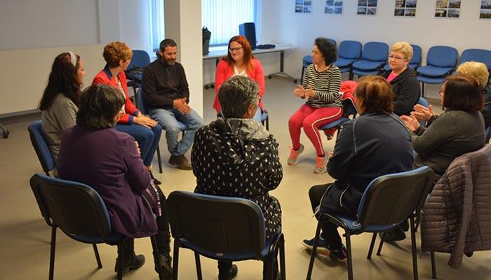 Un momento del taller de arteterapia que se desarrolla en Puente Mayorga