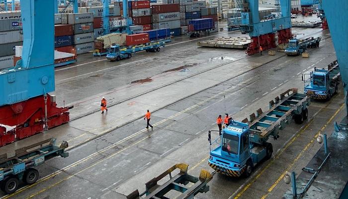 La actividad de la estiba en el puerto vuelve a la normalidad en la madrugada