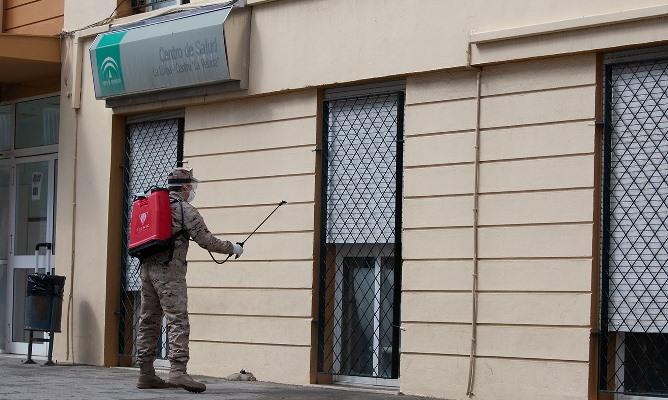 Labores de desinfección de Infantería de Marina, esta mañana, en La Línea. Foto Sergio Rodríguez
