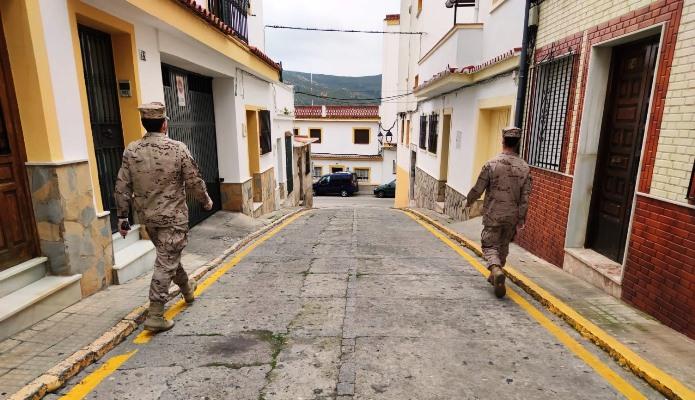 Patrulla de Infantería de Marina, en la calle Tambor de San Roque, esta mañana. Foto ORP / CG Flota