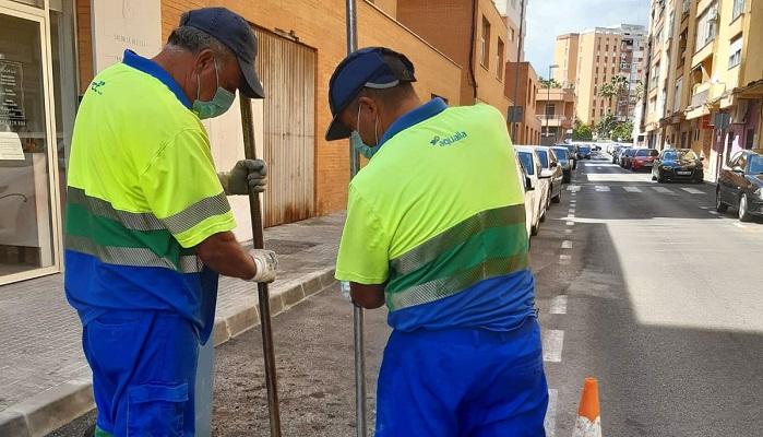 Emalgesa continúa con su limpieza de imbornales en Algeciras