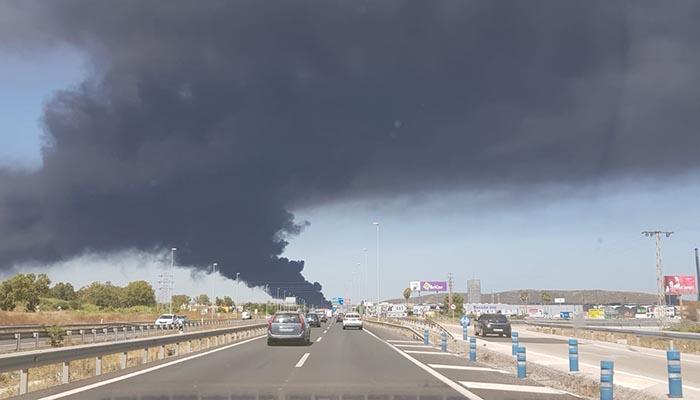 Imagen de la enorme humareda provocada por el incendio en San Roque