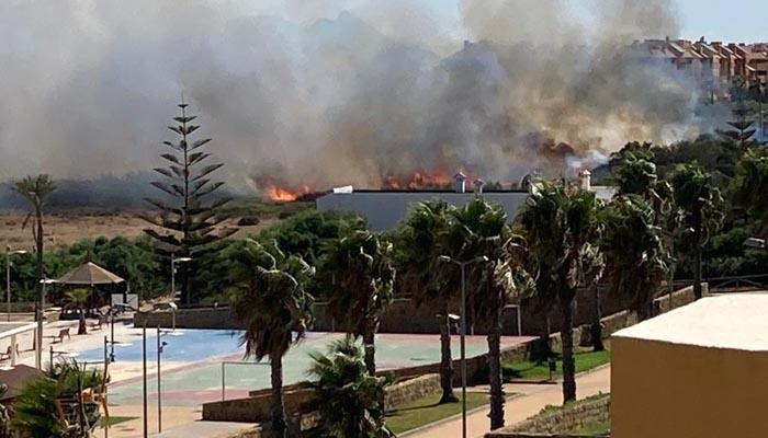Imagen del incendio junto a la laguna de Torreguadiaro