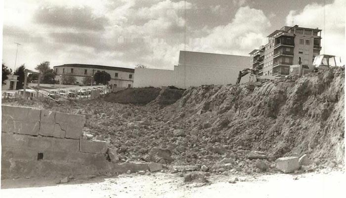 Histórica imagen del movimiento de tierras para la construcción del teatro, en marzo de 1977