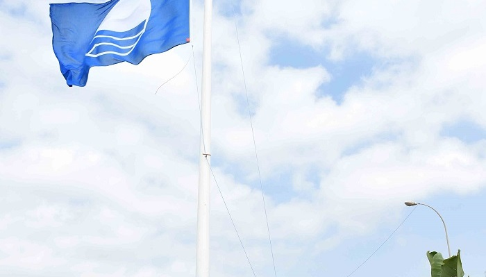 La Bandera Azul vuelve a ondear por décimo año en la playa de Getares