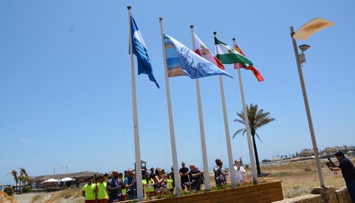 Izado de la bandera azul de Torreguadiaro el pasado verano