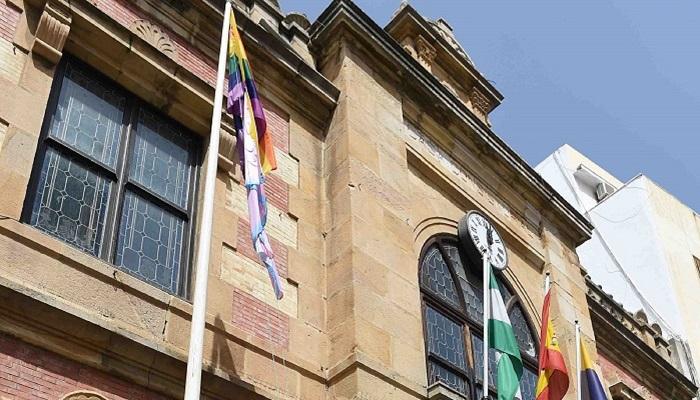 El Ayuntamiento de Algeciras iza la bandera LGTBI