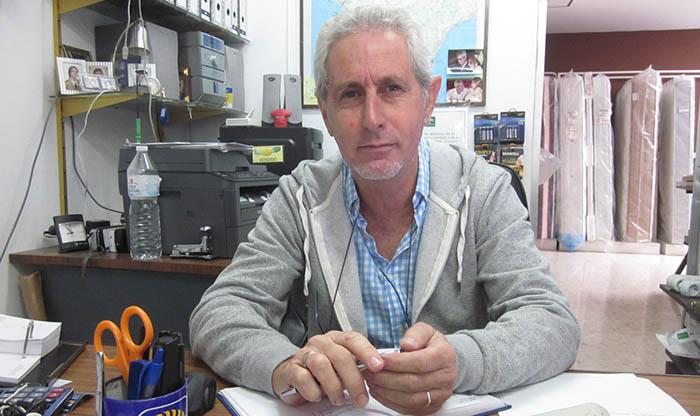 Francisco Javier Falcón en el despacho de su negocio