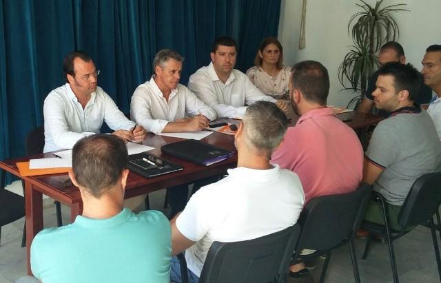 Javier Cano, en el centro de la imagen, en una reunión celebrada hace semanas en La Línea