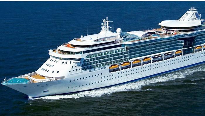 El 'Jewel of the Seas' es uno de los cruceros que atracan en estas horas en el Peñón