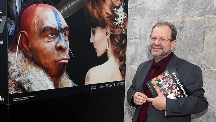 John Cortes, ante uno de los paneles fotográficos de la exposición