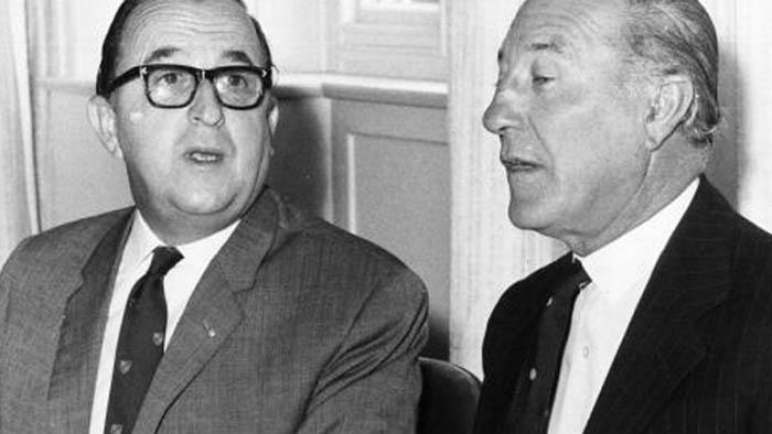 Joshua Hassan, ministro principal de Gibraltar y Gerald Lathbury, gobernador de Gibraltar en 1967